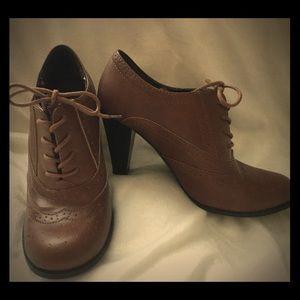 Vintage style brown heels